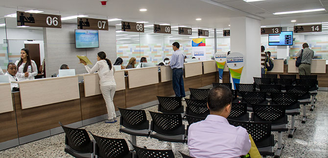Alcalde entreg a usuarios el nuevo servicio de la oficina for Oficina atencion al contribuyente madrid